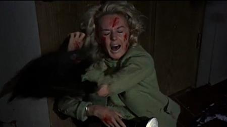 """Nữ diễn viên Tippi Hedren từng phải chịu khủng hoảng nặng nề khi tham gia bộ phim kinh điển """"The birds"""". Nhằm tạo hiệu ứng chân thật nhất, đạo diễn Alfred Hitchcock đã thực sự để Tippi bị một đàn chim tấn công trong suốt năm ngày trời. Thậm chí, quá trình quay phim cực hình này chỉ kết thúc khi bác sĩ can thiệp để Hitchcock đồng ý cho Tippi nghỉ ngơi phục hồi."""
