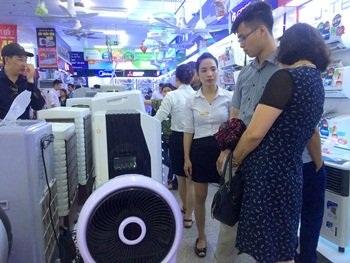 Nhà nhà xếp hàng mua điều hòa, quạt gió vì không thể chịu đựng cái nóng. Ảnh: Đỗ Dung
