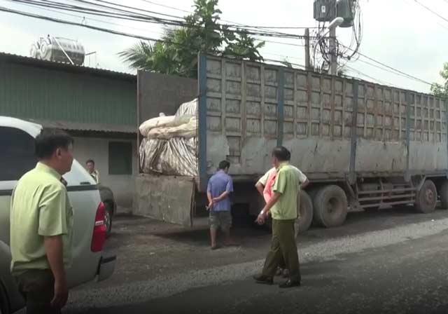 Quản lý thị trường TP.HCM bắt một vụ vận chuyển đường lậu bằng xe tải lớn