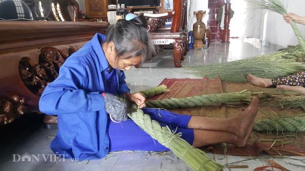 """Nhờ nghề độc đáo này mà các nông dân ở các xã của huyện Kim Sơn chỉ cần ngồi trong nhà làm cũng kiếm được cả chục triệu/người/tháng. """"Nếu so với sản xuất lúa truyền thống, nghề quấn đuôi trâu không những không chịu rủi ro mà thu nhập còn gấp hàng chục cấy lúa"""" - anh Hiếu nói."""
