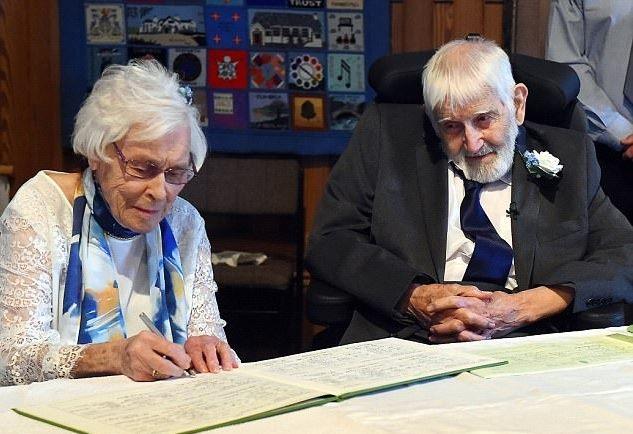 Cặp đôi cùng ký giấy kết hôn