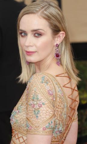 Đôi hoa tai đẹp lạ của Emily Blunt được tạo tác từ 18 carat ruby sapphire hồng và kim cương