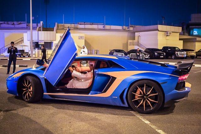 Một triệu phú Qatar đi siêu xe tại Doha.