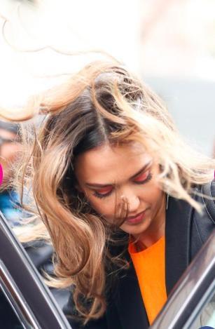 """Jessica Alba luôn cho thấy sức cuốn hút khó tin ngay cả trong lúc đang """"tóc gió thôi bay"""""""