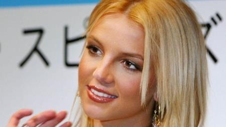 """Cuộc hôn nhân chóng vánh đầu tiên của Britney Spears với người bạn trai từ hồi trung học, Jason Alexander đã kết thúc trong cay đắng. """"Công chúa nhạc pop"""" đã ngỏ lời cầu hôn và rồi chỉ 55 giờ đồng hồ sau đó, chính Britney cũng hủy hôn với lý do hoàn toàn """"mất khả năng nhận thức"""" với hành động của mình. Điều này dĩ nhiên khiến cho Alexander tan nát con tim vì bị chính người thương yêu nhất phũ phàng."""
