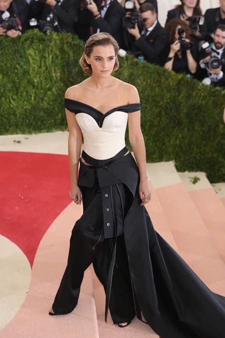 """Emma Watson từng trở thành hiện tượng tại Met Gala 2016 với bộ cánh làm từ vỏ chai tái chế, không những vậy, Emma còn thẳng thắn chia sẻ với CNN rằng mình luôn tự nhủ sẽ dùng một phụ kiện ít nhất 30 lần để có được sự lựa chọn """"bền vững"""" và tiết kiệm"""