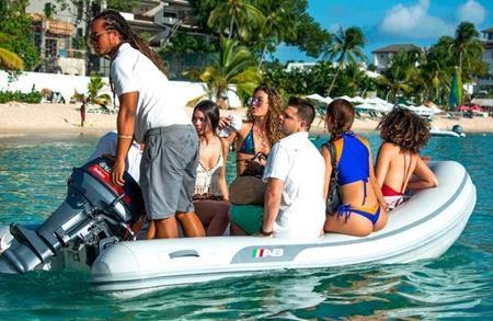 """Tay đua F1 đã """"quẩy"""" tới bến tại vùng biển Barbados"""