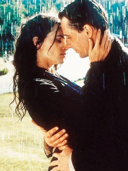 """Nụ hôn của Helena Bonham Carter và Linus Roache trong """"The Wings of the Dove"""" (1997) chắc chắn sẽ khiến vô vàn con tim đang yêu phải rung động"""