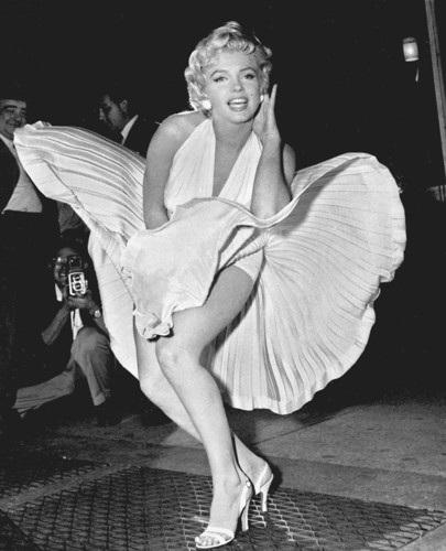 Khoảng khắc có chút hớ hênh của Marilyn Monroe được ghi lại tại nhà ga tàu điện ngầm ở New York ngày 15/9/1954 đã khiến nữ ngôi sao điện ảnh hàng đầu thế giới này càng thêm nổi tiếng. Ảnh:AP