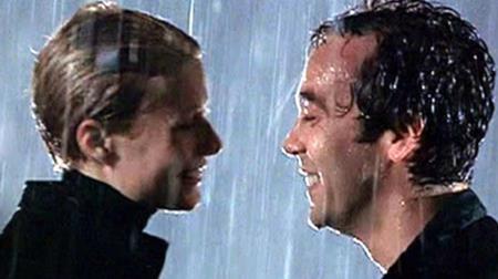 """""""Bạn gái Người sắt"""" Gwyneth Paltrow có rất nhiều nụ hôn lãng mạn trên phim, như nụ hôn với John Hannah trong """"Sliding doors"""" hồi năm 1998…"""