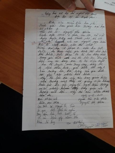 Lá đơn của bà Nguyễn Thị Thêm xin miễn giảm học phí và các khoản đóng góp cho con. Ảnh: Quang Chuyên