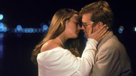 """Alicia Silverstone và Cary Elwes trong """"The Crush"""" (1993) cũng đã vào vai một đôi tình nhân rất """"ngọt"""" dù nàng ít hơn chàng tới 14 tuổi."""