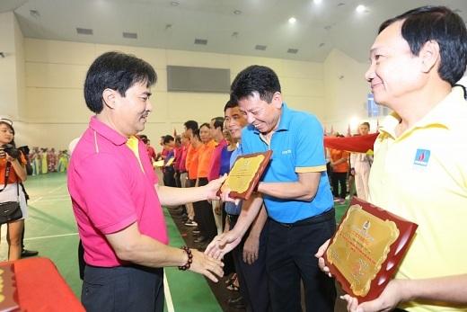 Ông Nguyễn Hùng Dũng, Phó Tổng giám đốc Tập đoàn trao kỷ niệm chương cho các đơn vị xuất sắc trong phong trào Xây dựng đời sống văn hóa cơ sở.