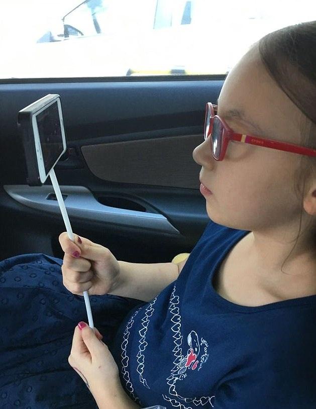 Không có gậy tự sướng, cô bé dùng ống hút thay thế