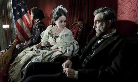 """""""Lincoln"""" (2012) là bộ phim điện ảnh Mỹ nói về tiểu sử tổng thống Abraham Lincoln, do Steven Spielberg đạo diễn. Đặt trong bối cảnh cuộc nội chiến đang diễn ra dữ dội, Tổng thống Mỹ đã phải đấu tranh với mặt trận chiến trường khốc liệt và cả những thế lực chống phá quyết định giải phóng nô lệ của mình. Tuy nhiên, bằng bản lĩnh, nghị lực và tinh yêu thương phi thường, Lincoln đã tạo nên một lịch sử vĩ đại và làm thay đổi số phận của hàng triệu con người."""