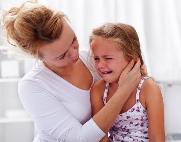 Khi con gặp chuyện không hay và muốn khóc, cha mẹ hãy lặng lẽ ngồi bên con và cứ để cho con khóc
