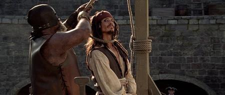 """""""Pirates of the Caribbean: Curse of the Black Pearl"""" có rất nhiều cảnh hành động kịch tính và đặc biệt gây ấn tượng ở trường đoạn nhân vật chính Jack Sparrow suýt chút nữa bị treo cổ nếu không có lưỡi kiếm giải cứu kịp thời của Will Turner."""