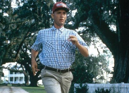 """""""Forrest Gump"""" là một ngoại lệ khá đặc biệt khi chính thành công rực rỡ của bộ phim đã mang lại danh tiếng cho cuốn tiểu thuyết gốc cùng tên gần như đã bị chìm vào quên lãng. Dựa trên cuốn sách của Winston Groom, bộ phim """"Forrest Gump"""" vừa ra đời đã lập tức trở thành hiện tượng văn hóa Mỹ thập niên 1990 và xây dựng nên một hình mẫu chàng ngốc lý tưởng dưới sự thể hiện xuất thần của Tom Hanks."""