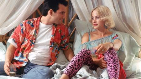 """Bộ đôi Clarence (Christian Slater) và Alabama (Patricia Arquette) chẳng thể kết thúc viên mãn nếu bộ phim """"True romance"""" giữ đúng kịch bản ban đầu của Quentin Tarantino. Theo đó, Clarence sẽ chết thảm trong vụ đấu súng còn Alabama đành bỏ lại xác của chồng để ôm tiền bỏ trốn. May mắn là đạo diễn Tony Scott rất yêu thích hai nhân vật chính và đã """"năn nỉ"""" Quentin Tarantino để cho Clarence được sống."""