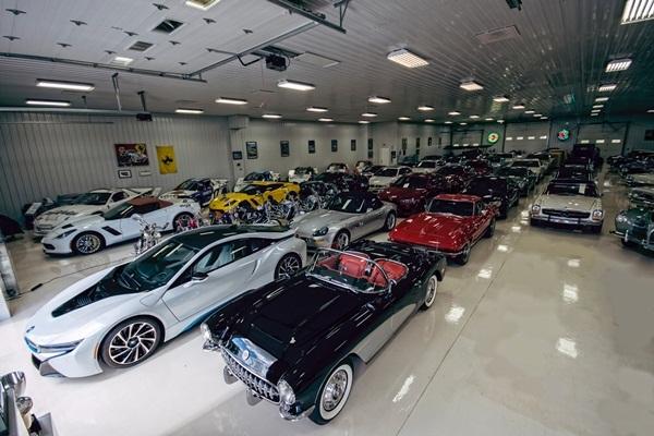 Fux tiết lộ, ông đã cho xây dựng 3 garage có diện tích tương đương nhà chứa máy bay để cất giữ tất cả những chiếc siêu xe của mình.