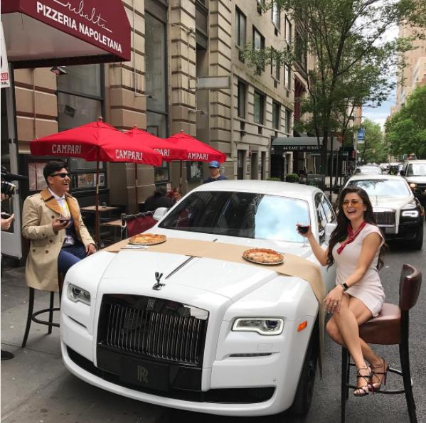 Thậm chí ăn một bữa được bày trên chiếc Rolls Royce. (Nguồn: IG)