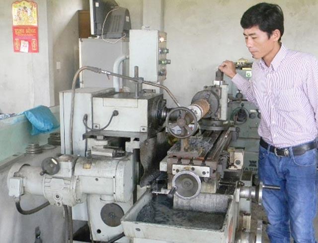Anh Trần Đình Lai đã sáng chế ra cả chục loại máy nông cụ hữu dụng, tiện lợi từ chính cơ sở cơ khí do mình gây dựng nên.