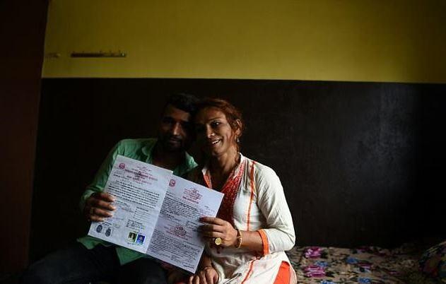 Hai vợ chồng hạnh phúc khoe giấy chứng nhận kết hôn