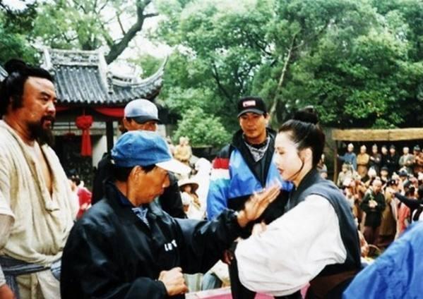 Chỉ đạo võ thuật Viên Hòa Bình đang hướng dẫn các động tác võ thuật cho diễn viên