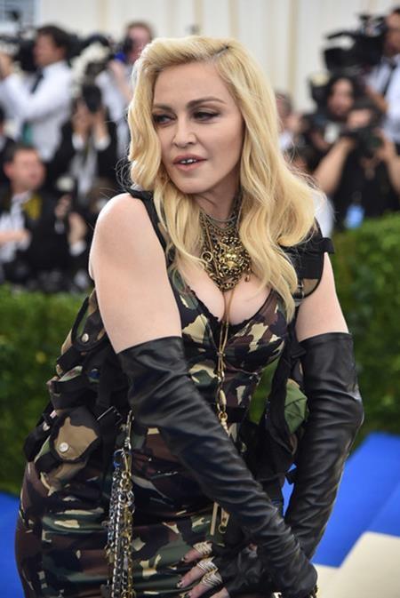 Ít ai biết rằng với chỉ số IQ lên tới 140, Madonna luôn là học sinh tốp đầu và còn nhận được học bổng theo học tại Đại học Michigan. Tuy nhiên, Madonna lại chẳng hề nuối tiếc khi từ bỏ sự nghiệp học hành để trở thành một ca sĩ.
