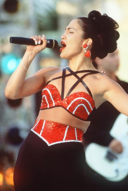 """Jennifer Lopez quá nổi tiếng với vai trò ca sĩ nên nhiều khán giả đã quên mất màn trình diễn xuất sắc của J.Lo trong bộ phim chuyển thể """"Selena"""", được ra mắt lần đầu vào tháng 3/1997."""
