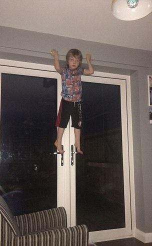 Các cửa sổ trong nhà Ethan luôn phải khóa kín