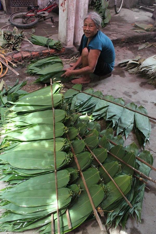 Nhiều lao động nông thôn có việc làm ổn định nhờ cơ sở thu mua và sơ chế lá tre của chị Đặng Thị Triệu.