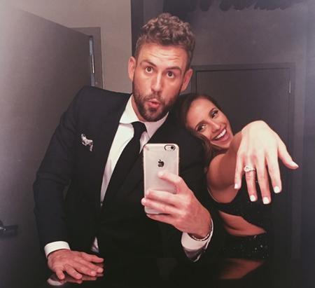 Chiếc nhẫn đính hôn mà người đẹp Vanessa Grimaldi đeo trên tay cũng nhanh chóng gây ấn tượng với người hâm mộ khi được định giá lên tới 100.000 đô la Mỹ.