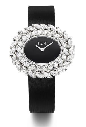 Đồng hồ Limelight Diamonds mang một vòng nguyệt quế kim cương tinh khiết, nổi bật trên mặt đá đen và dây satin đen. Mặt đồng hồ hình oval là dấu ấn đặc biệt của nhà Piaget. Vành hoa kim cương như một dải ngân hà sáng rực trong vũ trụ huyền bí.