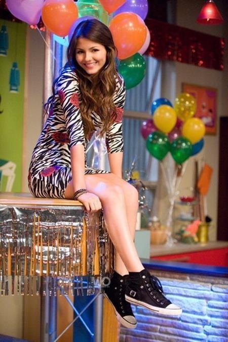 """Victoria Justice từng rất nổi tiếng với series phim ca nhạc sitcom """"Victorious"""". Ước tính, ngôi sao này được trả tới 180.000 đô la Mỹ/tập phim."""