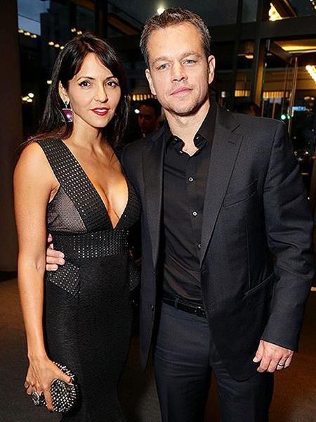 """Matt Damon chắc chắn cũng không thể vắng tên trong danh sách những ngôi sao từng bị """"sét đánh"""". Nam tài tử từng thổn thức nhớ lại lần đầu gặp gỡ bà xã Luciana: """"Tôi thấy cô ấy ngang qua phòng và cứ như thể có một chùm sáng chiếu rọi xuống cô ấy, cô ấy tỏa ra một niềm vui sướng""""."""