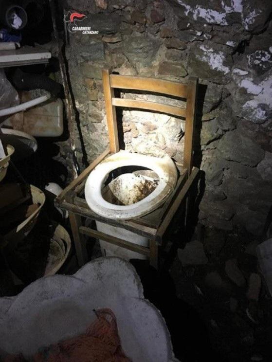 Toa lét tồi tàn trong căn hầm