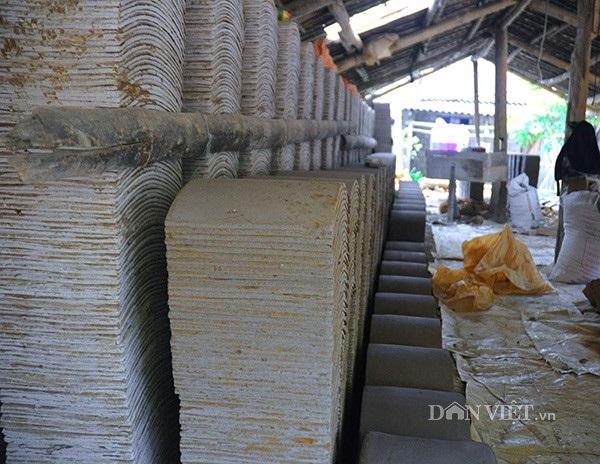 Ngói sau khi được đóng khuôn sẽ xếp thành chồng dài cho khô để đợi ngày vào lò.
