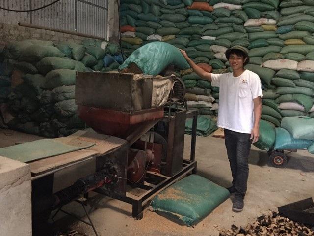 Công nhân của anh Đỗ Văn Trung đang vận hành máy ép than củi trấu.