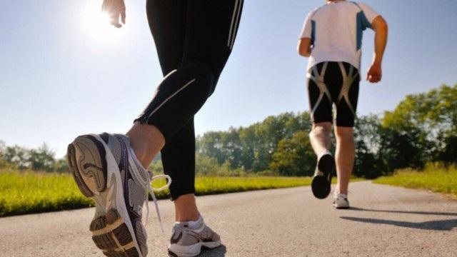 Có 3 nhóm bài tập để các bệnh nhân đái tháo đường có thể lựa chọn và thay đổi. Đầu tiên là bài tập thể lực như: đi bộ nhanh, bơi lội, đạp xe, học nhảy… giúp người bệnh tuần hoàn máu, hỗ trợ tim và xương, giảm stress. Người bệnh tập ít nhất 5 ngày/ tuần và 30 phút/ lần với cường độ vừa phải, có thể chia thành từng bài nhỏ.