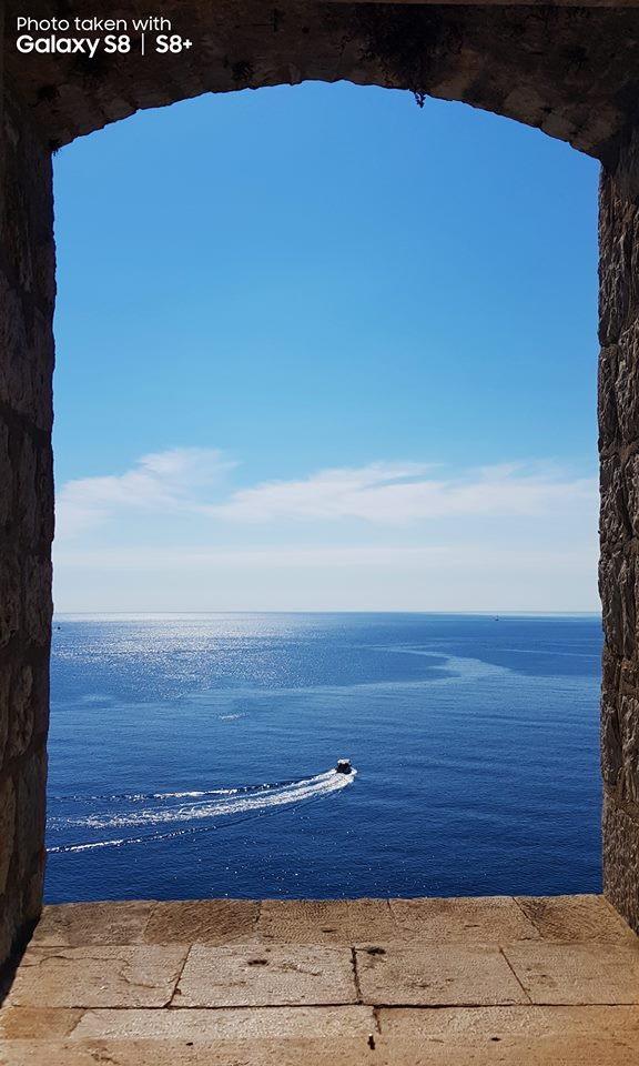 Một minh chứng khác của khả năng lấy nét nhanh trên camera Galaxy S8+, vệt nước kéo dài từ chiếc du thuyền khiến người xem có thể liên tưởng đến chuyển động của biển ngay cả khi đây là một bức ảnh tĩnh.