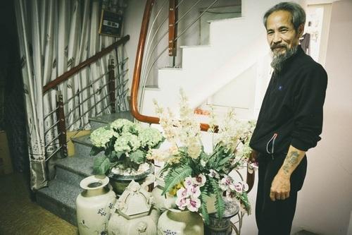 Chu Hùng khá chăm chút đến những lọ hoa trong nhà.