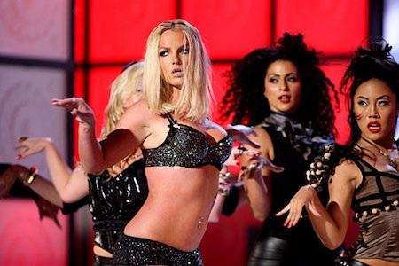 """Được chờ đợi như một màn tái xuất ấn tượng của công chúa nhạc pop sau một thời gian dài khủng hoảng nhưng màn trình diễn ca khúc """"Gimme more"""" của Britney Spears tại MTV VMAs 2007 lại hoàn toàn xứng danh thảm họa. Không những hát nhép một cách lộ liễu, trang phục và cung cách biểu diễn của Britney Spears cũng bị chê bai thậm tệ là đây được xem là một trong những tiết mục tệ hại nhất trong lịch sử lễ trao giải MTV VMAs."""