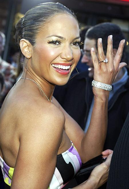 """Ben Affleck từng """"chi đậm"""" để tặng Jennifer Lopez một chiếc nhẫn với 6.1 carat kim cương hồng, tuy nhiên, J.Lo đã thẳng thừng trả lại món quà cưới đắt tiền này khi cặp sao chia tay hồi năm 2004"""