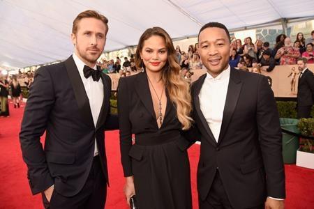 Ryan Gosling đã có cơ hội gặp lại vợ chồng người bạn diễn John Legend trên thảm đỏ của SAG Awards