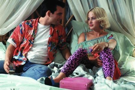 """Bạo lực, đẫm máu nhưng vẫn ngọt ngào tin yêu, """"True romance"""" (1993) không chỉ khắc họa cuộc đấu trí kịch tính giữa chàng Clarence (Christian Slater thủ vai) và bè lũ tội phạm mà còn dệt nên một mối tình đẹp như mơ giữa Clarence và Alabama (Patricia Arquette thủ vai)"""