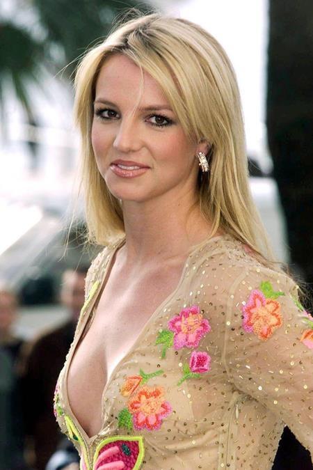 """Tại lễ trao giải NRJ Music Awards năm 2002, Britney Spears đã tiếp tục khiến dân tình """"chao đảo"""" với một dáng vẻ xinh đẹp, quyến rũ đến bốc lửa"""