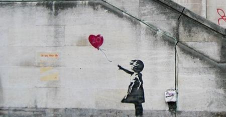 """Nghệ sĩ graffiti, nhà hoạt động chính trị, đạo diễn phim và họa sĩ người Anh, Banksy vẫn luôn giấu kín danh tính của mình và khi được đề cử giải Oscar cho Phim tài liệu hay nhất với bộ phim """"Exit through the gift shop"""", Banksy đã lựa chọn không tới lễ trao giải thay vì phải công khai danh tính."""