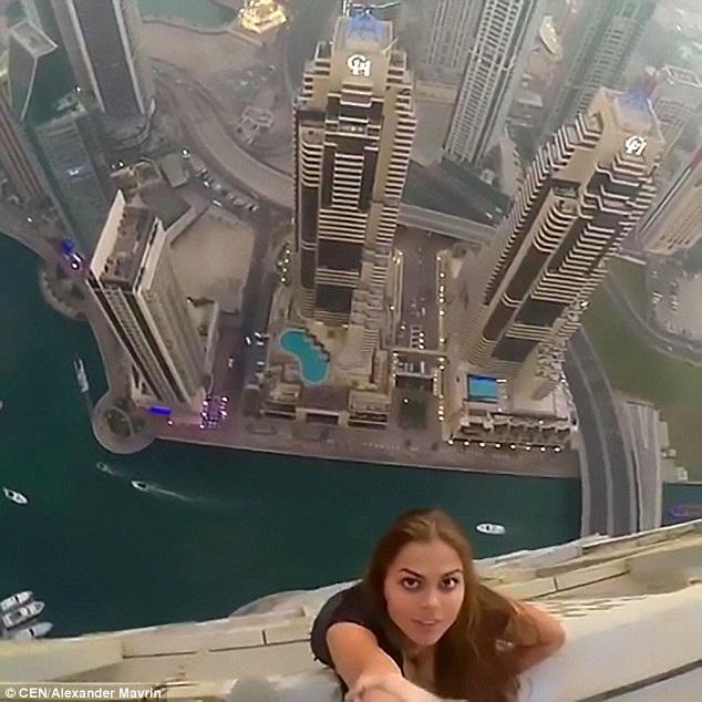 Rùng mình nhìn nữ người mẫu treo người bên tòa nhà chọc trời chụp ảnh - 6