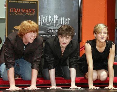Cũng trong năm 2007, Emma Watson cùng hai người bạn diễn Rupert Grint, Daniel Radcliffe đã được in dấu tay bên ngoài rạp Graumans Chinese Theatre, Hollywood